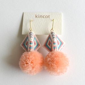 kincot 糸巻きポンポンピアス(サーモンピンク×ライトブルー)