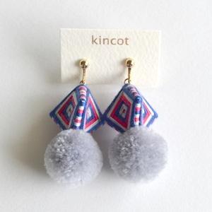 kincot 糸巻きポンポンイヤリング(グレー×ネイビー)
