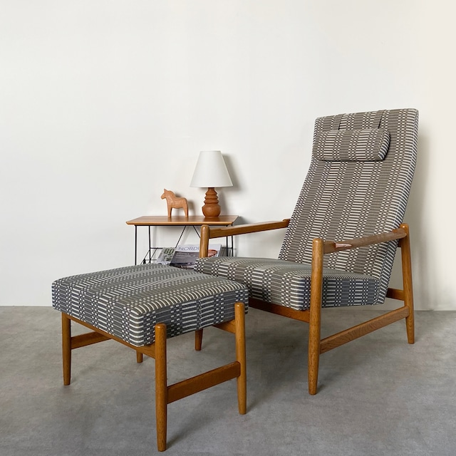 High back chair with foot stool / CH019