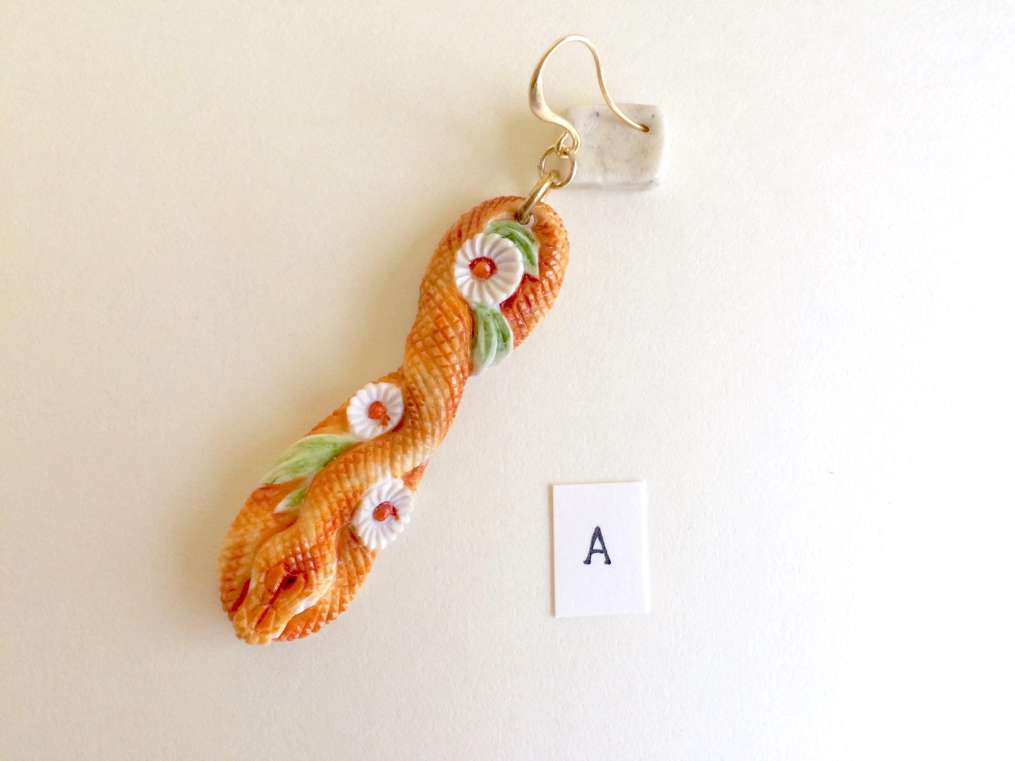 鹿角彫刻のピアス(蛇と菊 着彩)片側