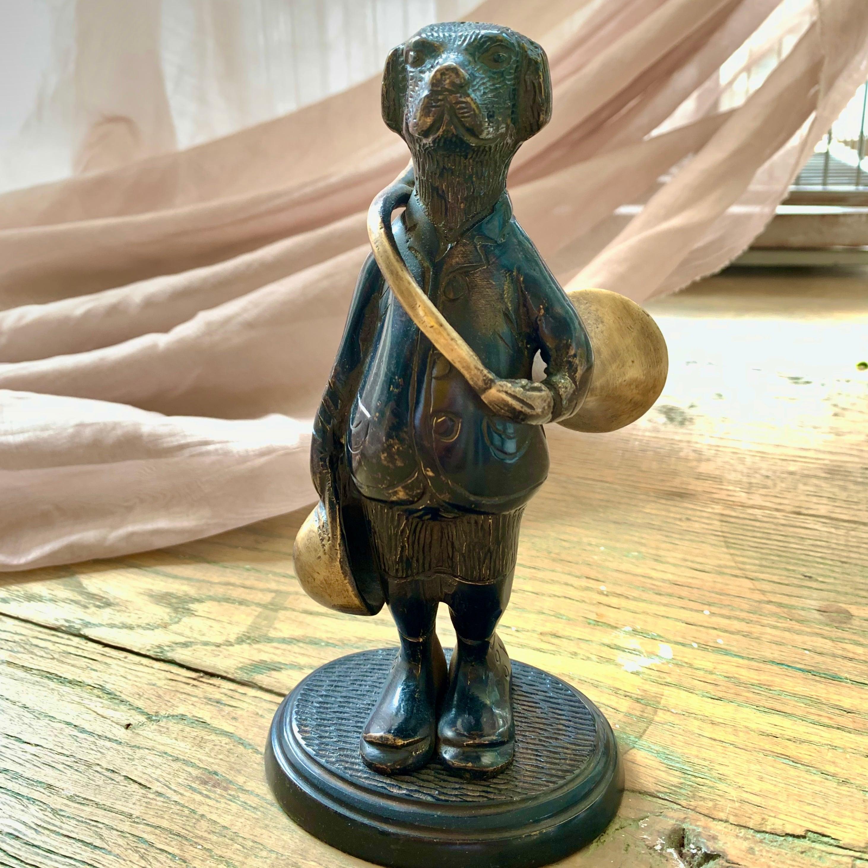 ホルンを持った犬のブロンズ像