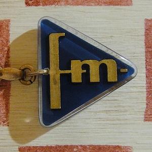 フランス 自動車部品メーカ fm[フロケモノポール]企業広告ノベルティ三角ブルボンホルダー