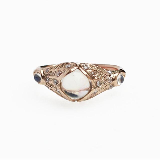 conoa (コノア) 羽根に包まれて凍り付いた (ホワイトラブラドライト.ダイヤモンド) 11号 gold