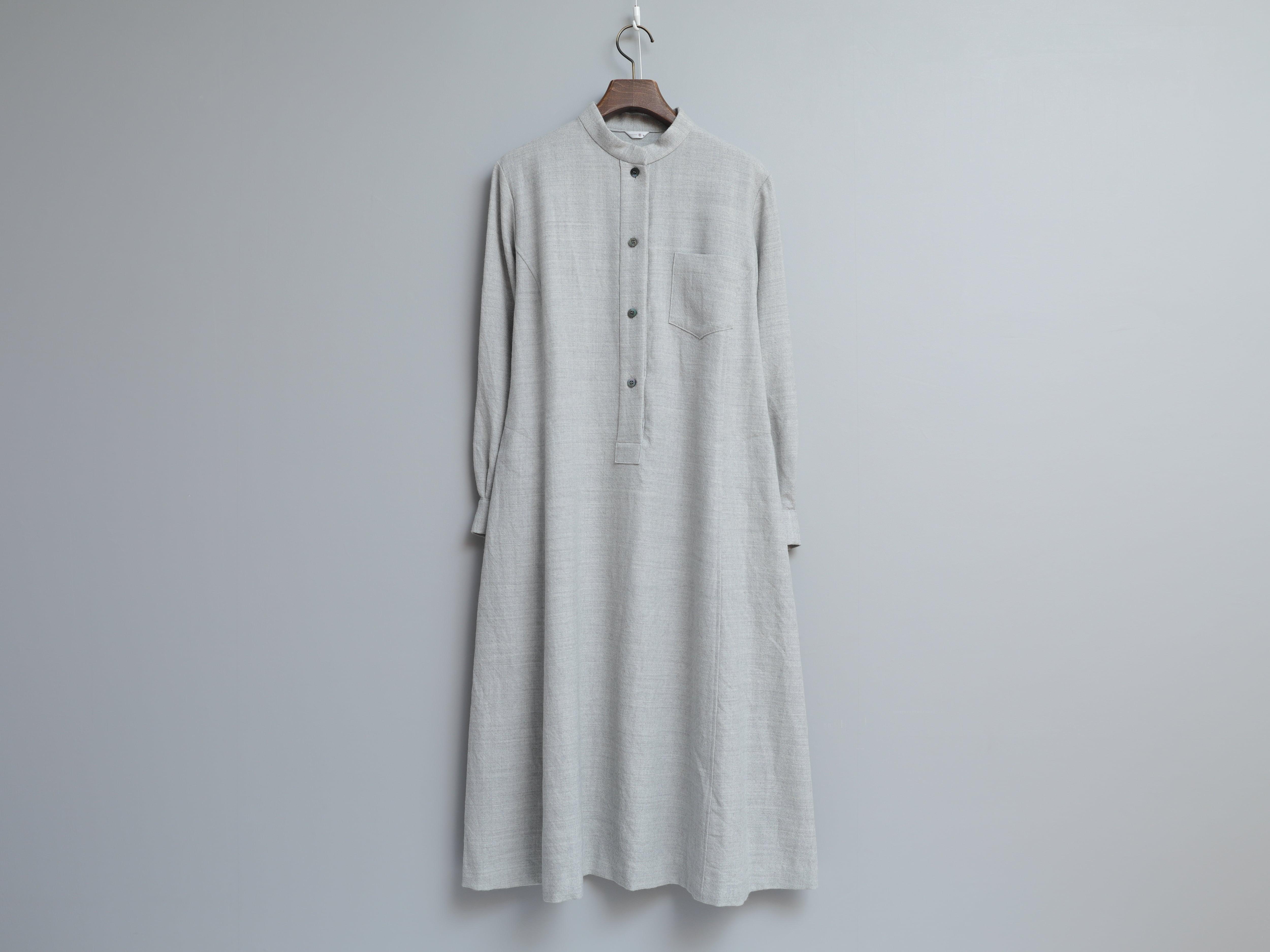 やわらかウール綾織りのスタンドカラーワンピース