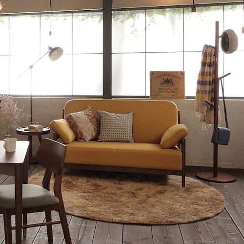 ちょっぴりレトロな、天然木フレームのカフェ風ソファ。