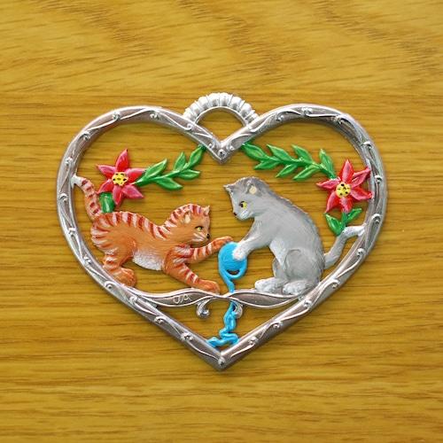 錫の飾り  ハートの中のネコたち ②