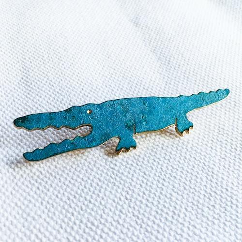 青いワニのブローチ