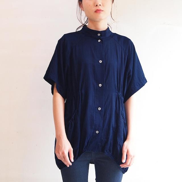 ■綿サテンのスタンドカラーブラウス/濃藍色