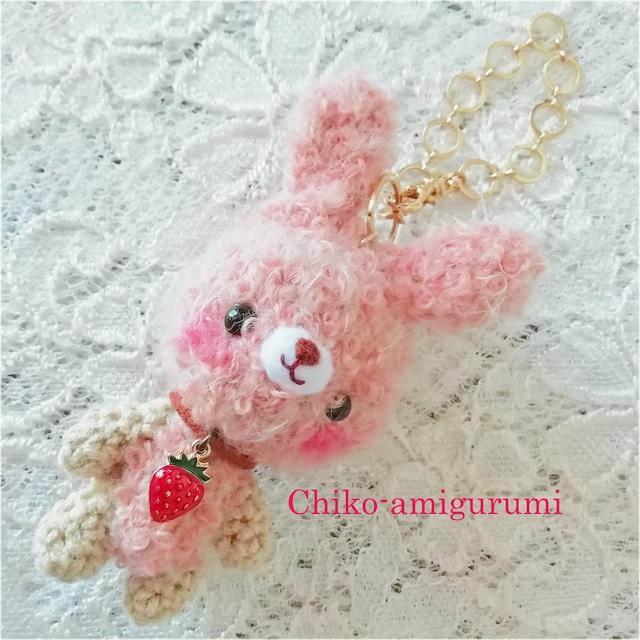 Chiko-amigurumi:キーホルダー ピンクオレンジ 苺のうさぎさん♪ あみぐるみキーホルダー