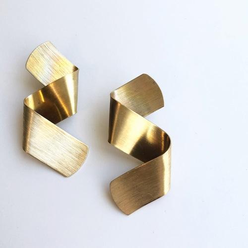 Folded ribbon pierce B-047