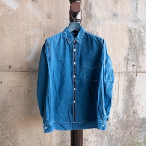 青いパイピングシャツ