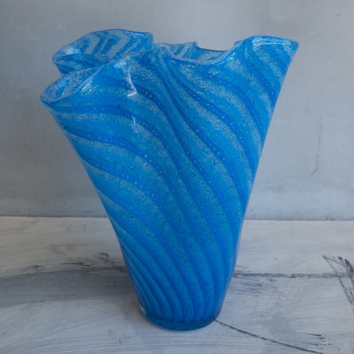 青いキラキラした花瓶