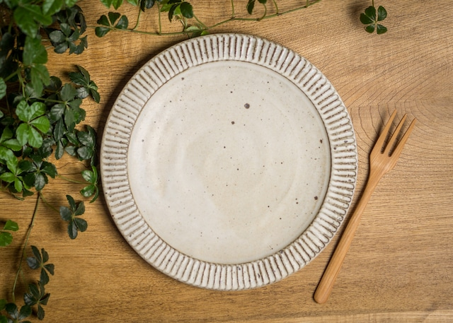 白マット釉 しのぎ 8寸プレート(粉引き・大皿・ディナープレート)/くるり窯