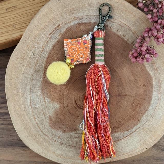 チェンマイ sora to toriオリジナル モン族古布の飾りがついたタッセルキーホルダー 赤