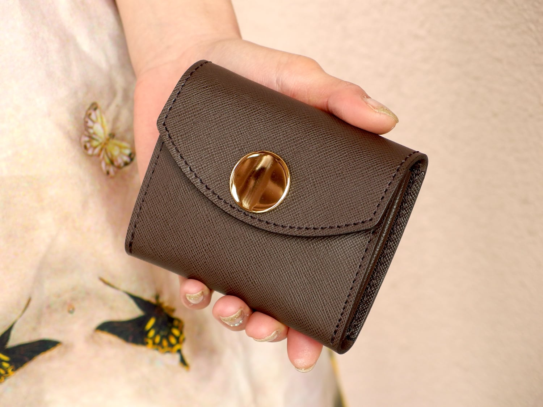 身軽にキメたい時のコンパクト財布 ビッグボタン型/プリズムレザー・チョコ