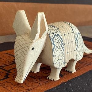 木彫りのアルマジロ-6 ちびアルマジロ 体長19cm 先住民族の工芸