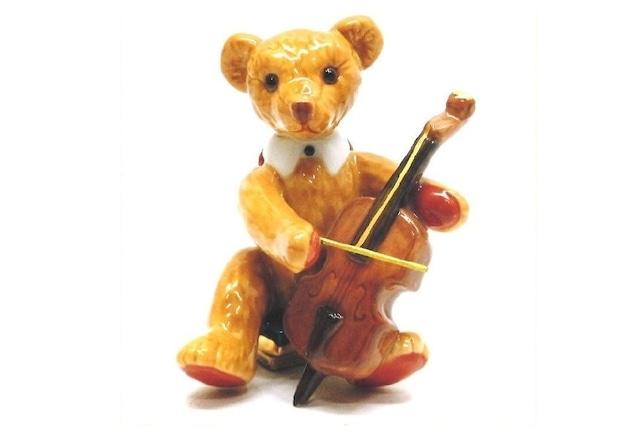 チェロを弾くテディベア