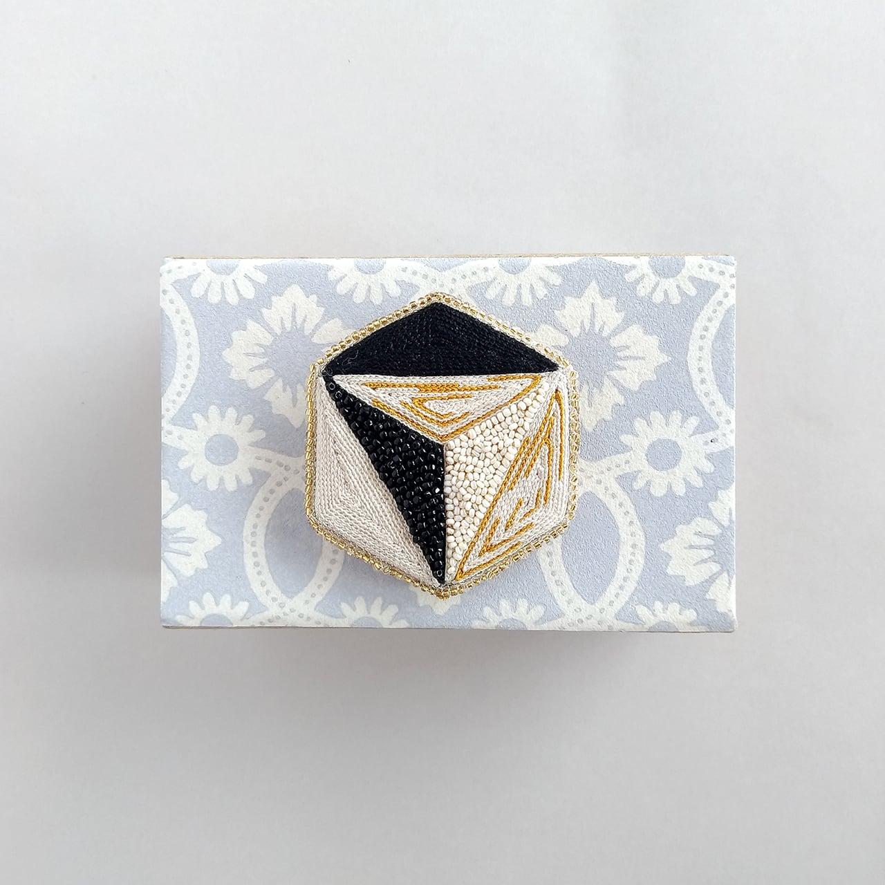 アントワネットポワソン(Antoinette Poisson)コラボブローチ<ドミノno.5 六角形>
