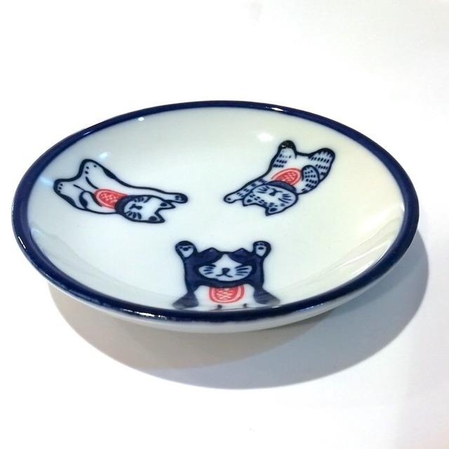 染付陶器 小皿 豆皿 ソーサー 醤油皿 しょう油皿 19lh57-en三猫 招き猫 まねきねこ 猫 ネコ 和風 和柄 おしゃれ ギフト モダン 和