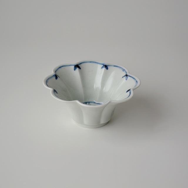 染付笹紋花型小鉢
