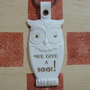 アメリカ WE GIVE A HOOT! フクロウ 広告ノベルティ ヴィンテージキーホルダー(ホワイト色)