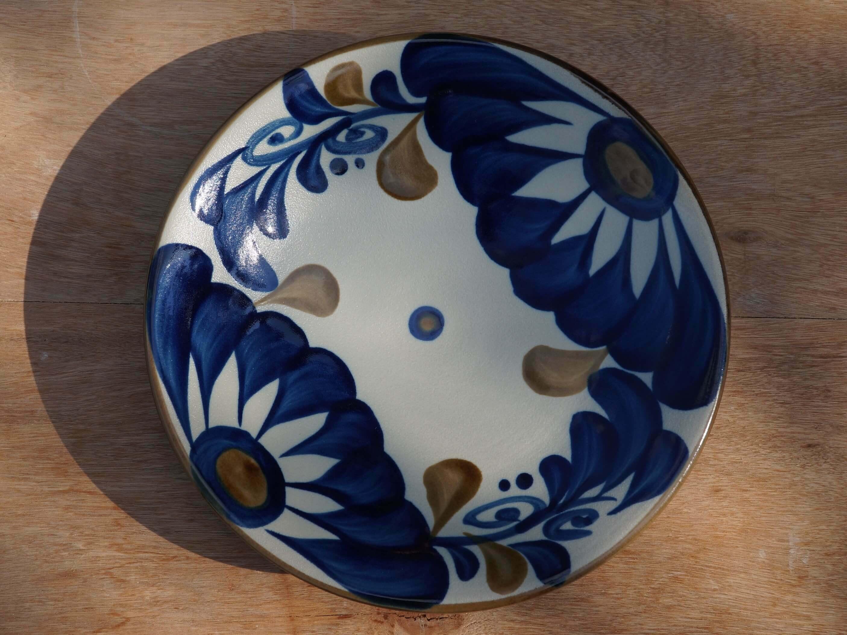 コバルトが鮮やかな唐草の7寸皿(約21cm) 【ヤチムン大城工房】