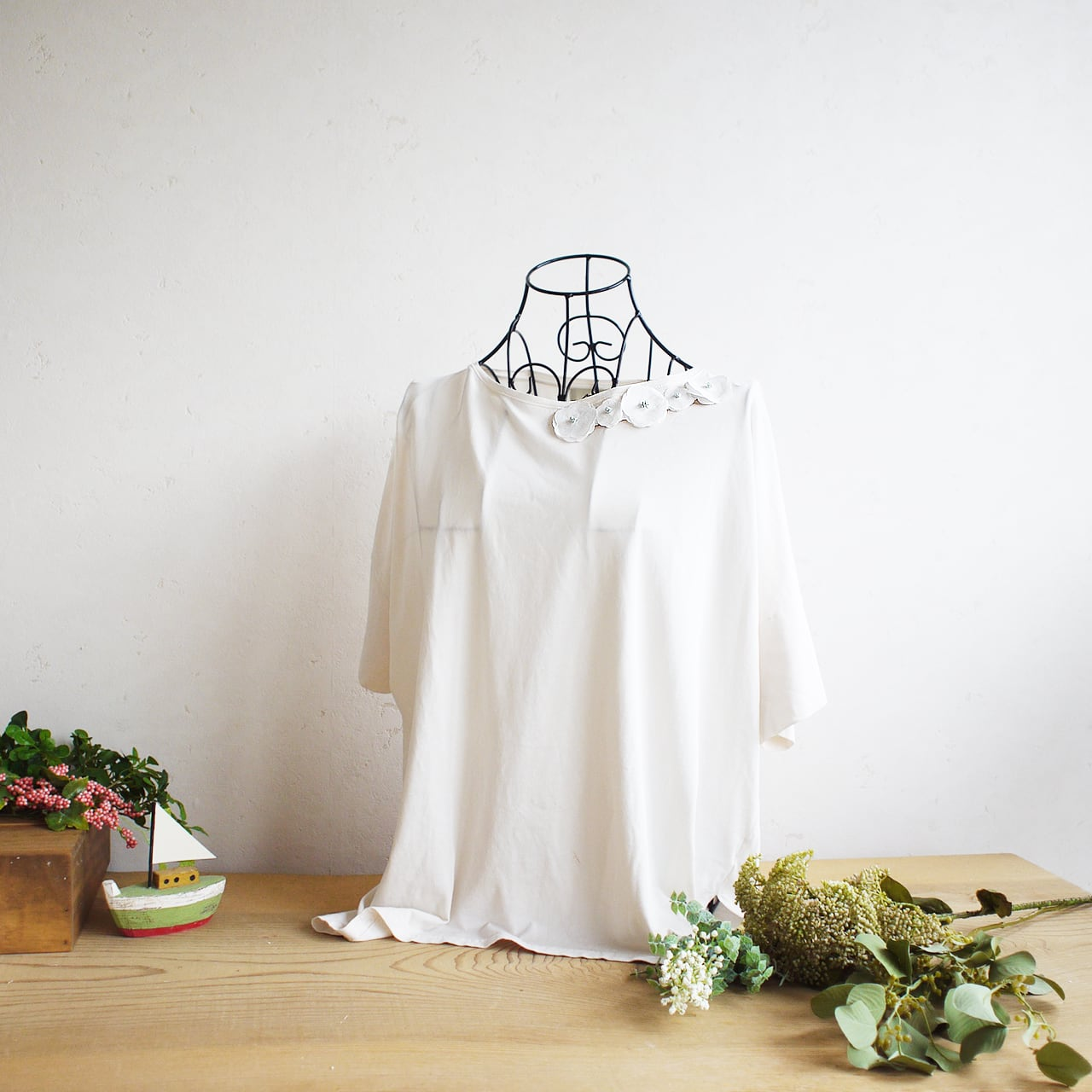 衿元を魅力的に 麻のブローチ〈 Romantic 〉White