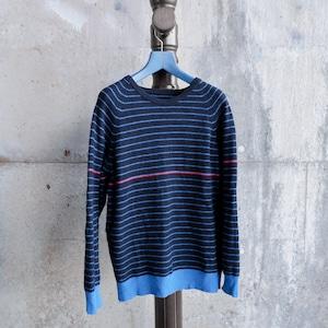 青いラインセーター