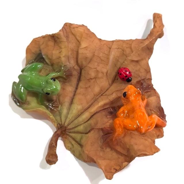 ミニチュアアニマル ed7797h 木の葉 蛙 かえる カエル 花 緑 オレンジ 2匹 かわいい 置物 オブジェ かわいい 置物 置き物 オブジェ ミニチュア 小さい ギフト ミニチュア 秋 冬 てんとう虫