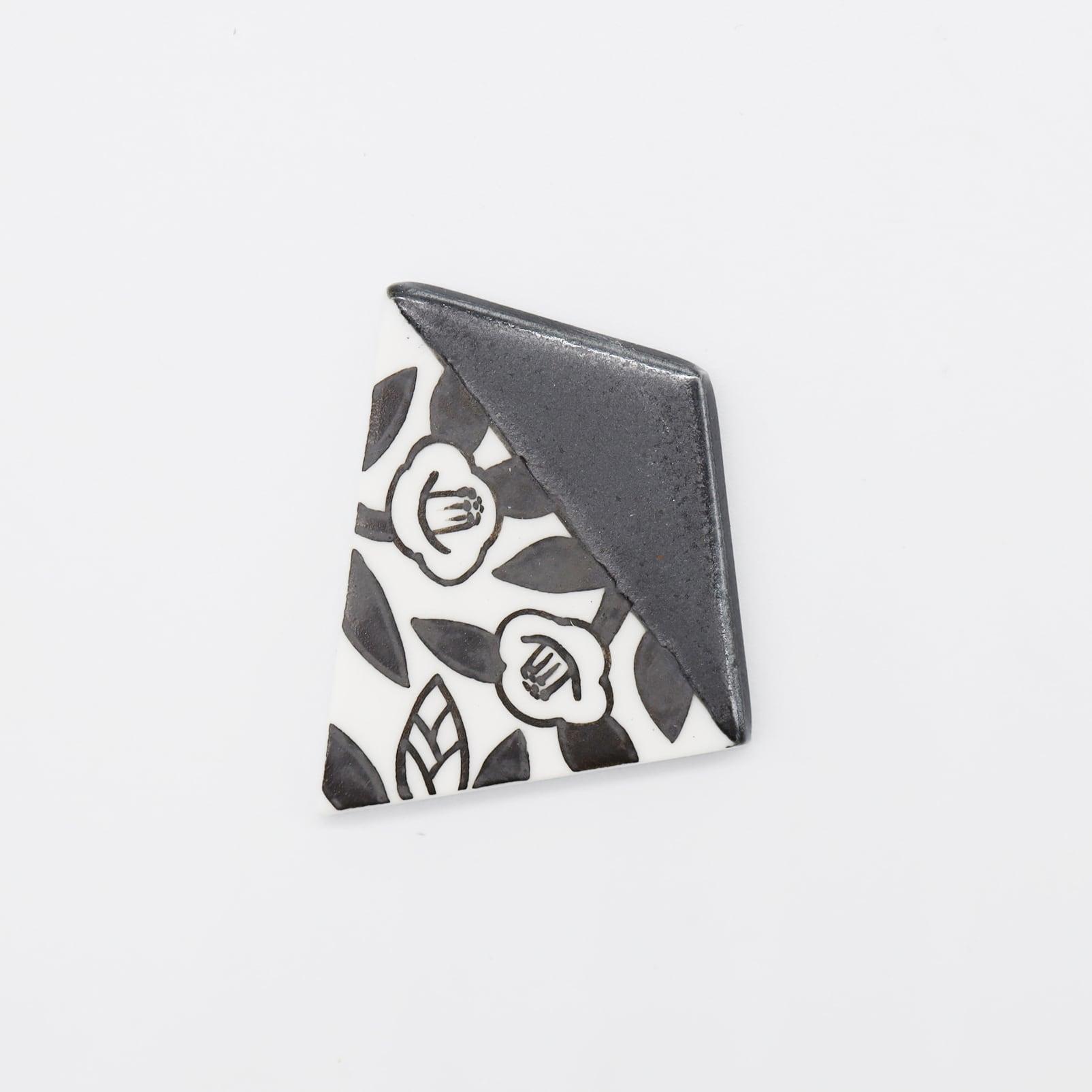 【eb2】マットブラック 椿 ブローチ/帯留