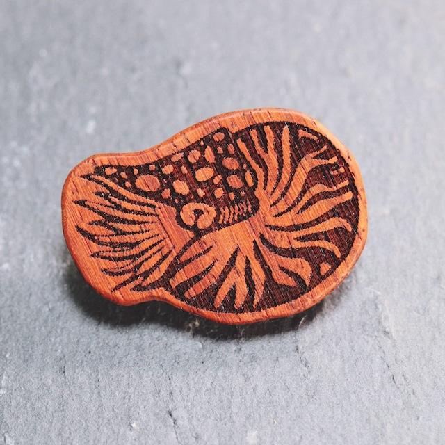 オウムガイ 木製ブローチ〈樹種:パドック〉