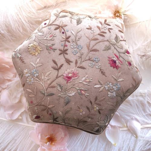 手刺繍の箱(六角形)