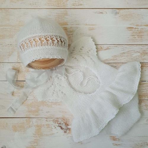 天使のホワイトニットとボンネット/Foto