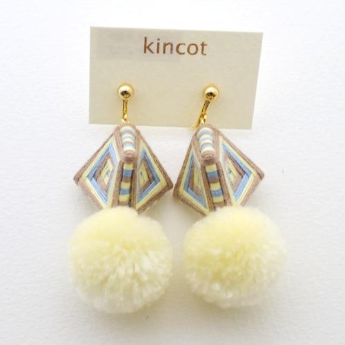 kincot 糸巻きポンポンイヤリング(オフホワイト×ベージュ)