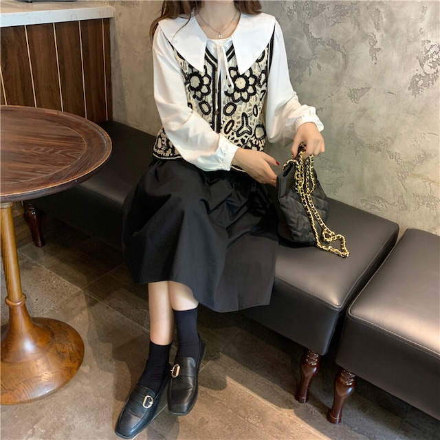 ニットベスト+ホワイトシャツ+ブラックスカート