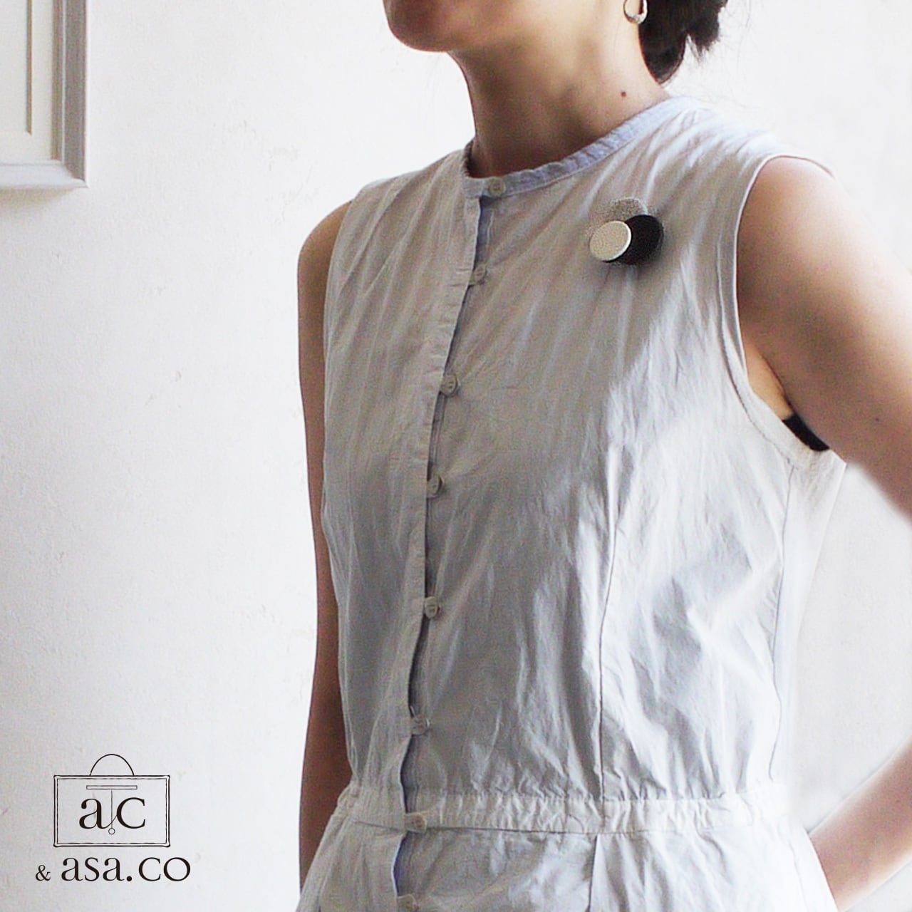 どんなお洋服にも似合う!シンプルフォルム 陶&牛革&麻のブローチ〈 Dots 〉Black