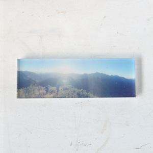 【mt.souvenir】山の透けるアクリルパネル/樅沢岳の朝日(15×10cmミニパノラマ)