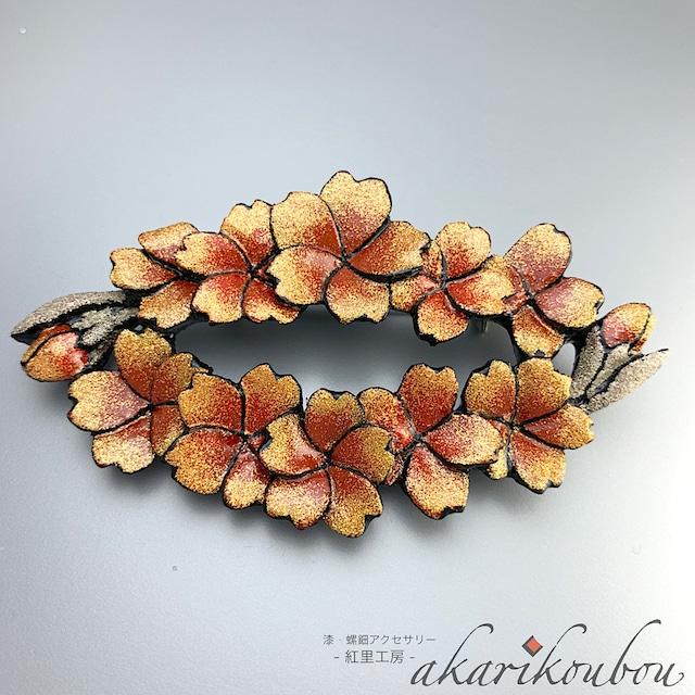 漆 桜モチーフブローチ 金銀蒔絵 花輪:透彫 彫刻 金蒔絵 銀蒔絵 さくらブローチ