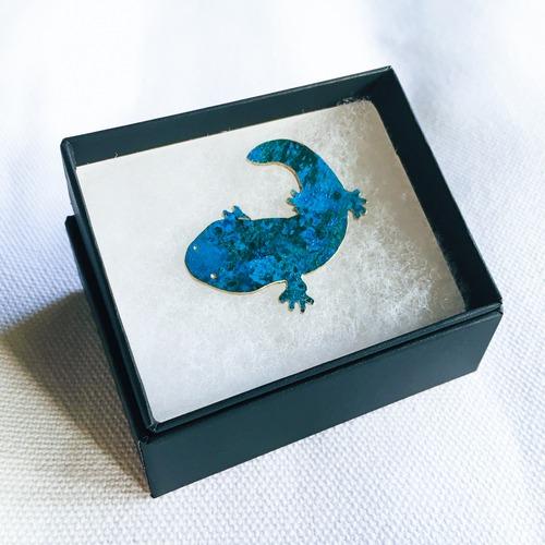 青いオオサンショウウオのブローチ