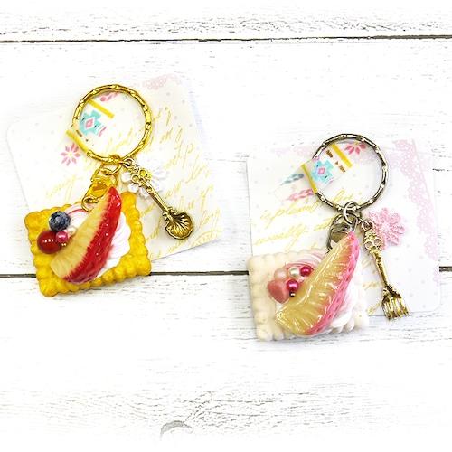 【卯の月屋】いちごとクリームサンドクッキーのキーホルダー/キーホルダー