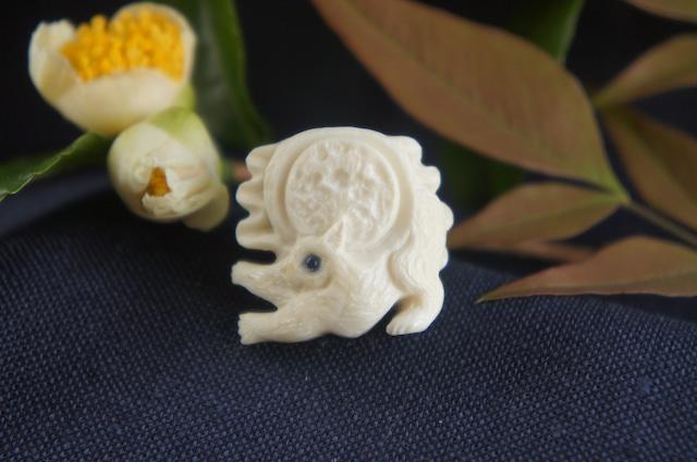 鹿角彫刻の帯留め「月齢」猫の時間