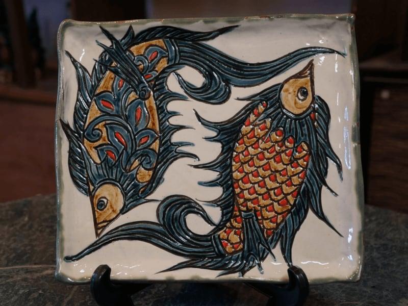 線彫り魚紋の角皿(白) 【金城陶器秀陶房】