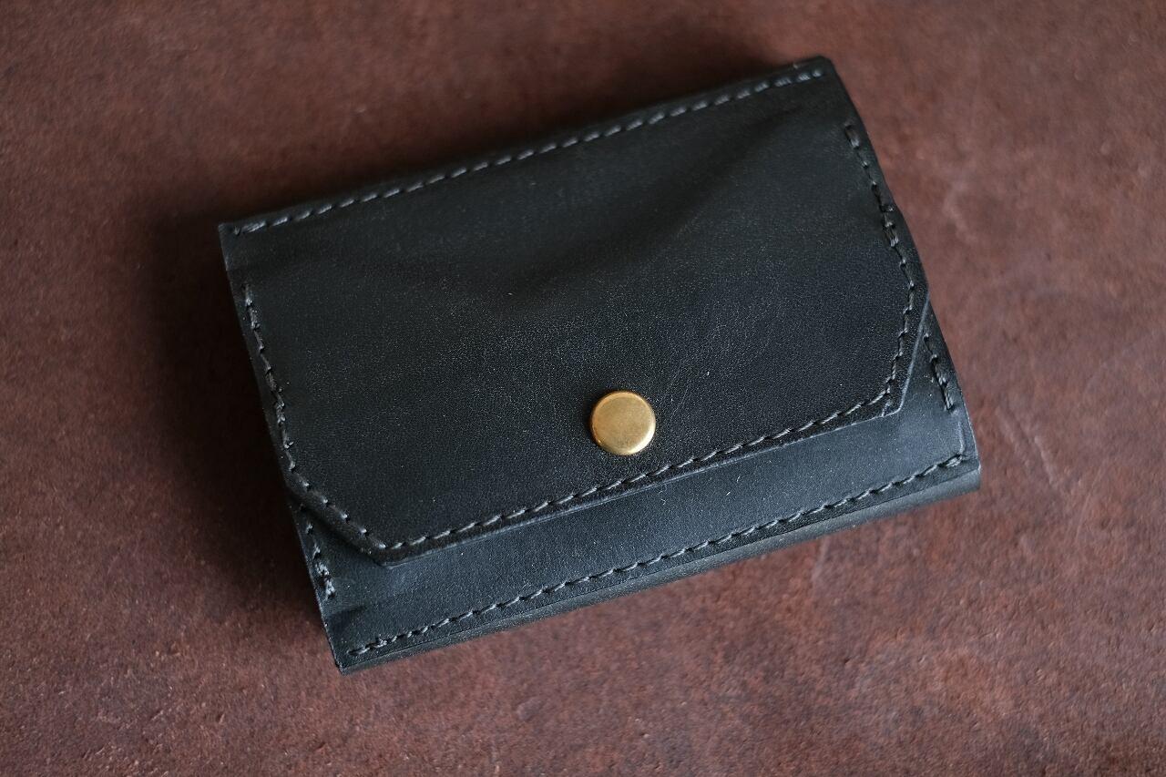 三つ折りの深緑の革の財布