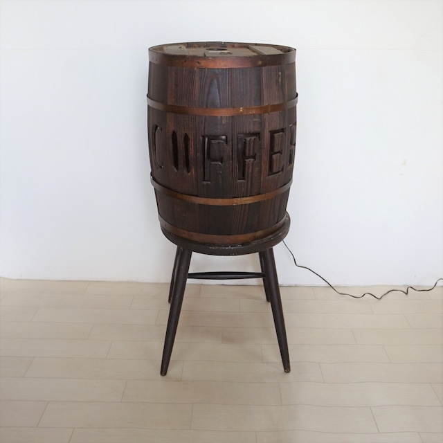 光る珈琲豆の樽のディスプレイ