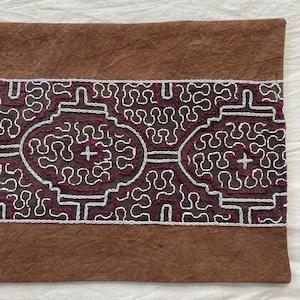 刺繍カフェマット 18x33cm 薄茶にエンジ色刺繍 シピボ族の手刺繍 天然染めプレイスマットティーマット インテリア