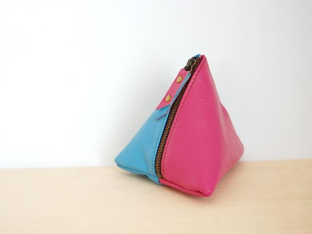 使い方は色々の三角レザーポーチ(ピンク/水色)