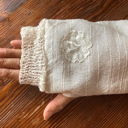 手をいたわるシルクの手袋