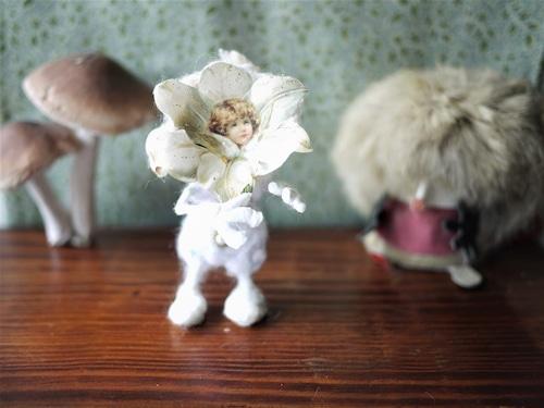 白い花びらの綿人形 ボタニカル