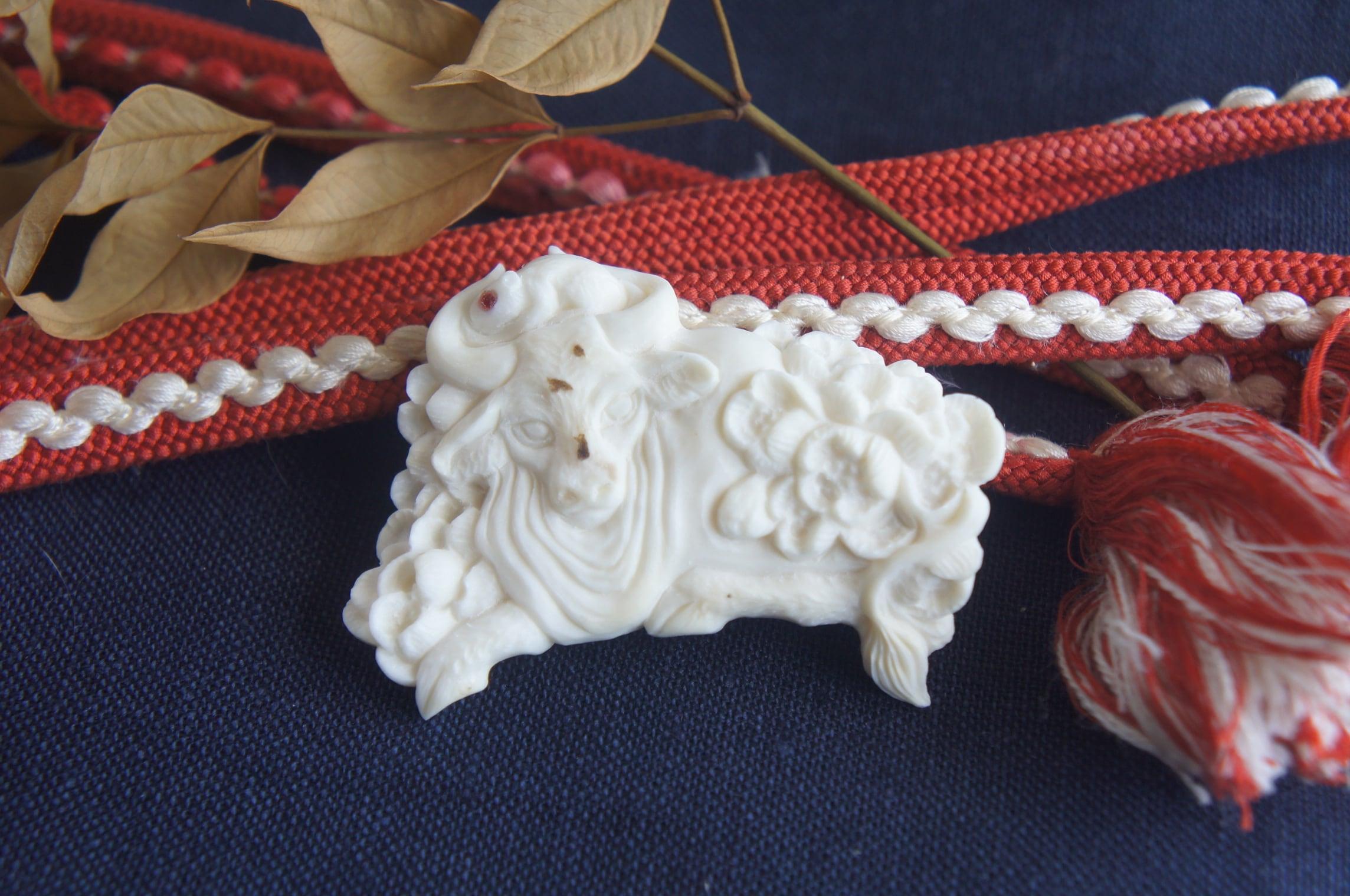 梅の花と生き物の帯留め「梅歴」牛と鼠【A】