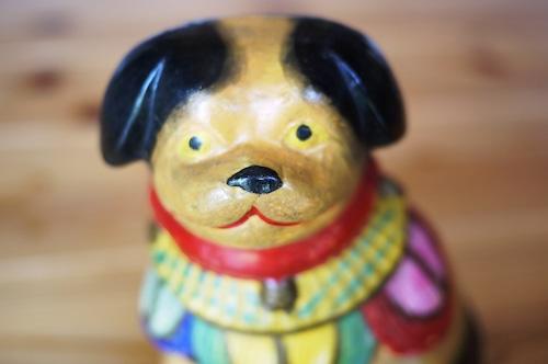 土人形 座り犬 狆 羽衣胸飾り 黄色 素焼胡粉泥絵具
